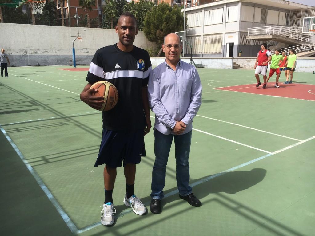 El director del centro, Miguel Ángel Padrón (d), junto al preparador de la sección de baloncesto, Rubén Mayo.(FCB)